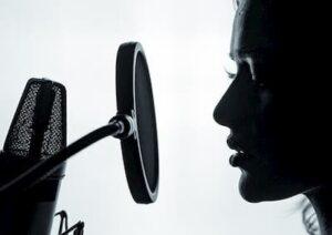 Vokalist nakhoditsya blizko k mikrofonu